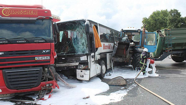 Автобус з дітьми, вантажівка та трактор потрапили у ДТП на Хмельниччині: є постраждалі