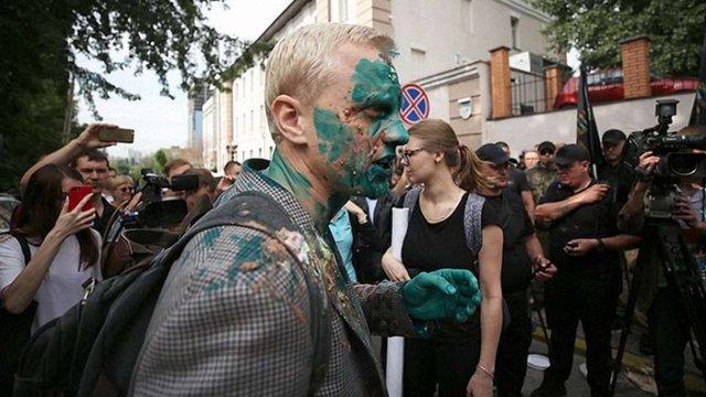 На пікеті проти Назара Холодницького активістів закидали тортами та облили зеленкою