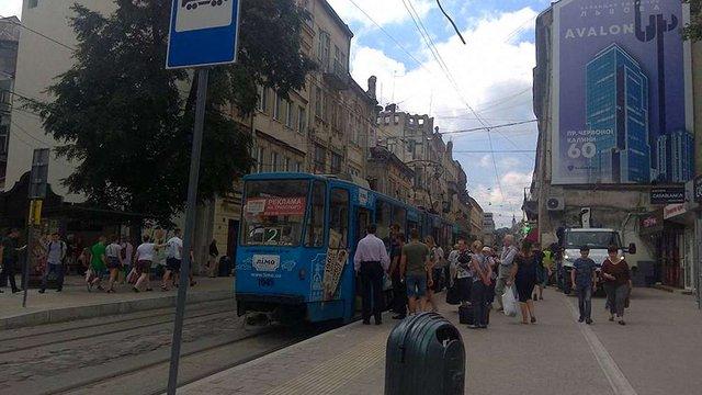 На вул. Дорошенка в центрі Львова перенесли зупинку громадського транспорту