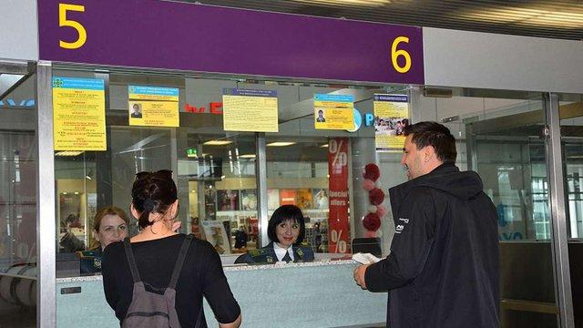 В аеропорту «Львів» у паспорті іноземки прикордонники виявили 14 фальшивих відміток