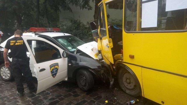 У Львові зіткнулись маршрутка й автомобіль приватної охоронної компанії, є постраждалі