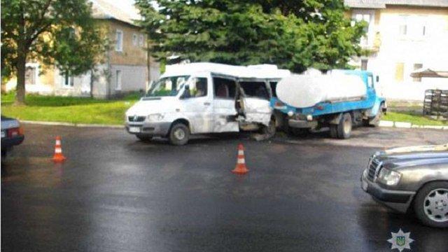 Внаслідок зіткнення молоковоза та мікроавтобуса у Червонограді постраждали четверо людей