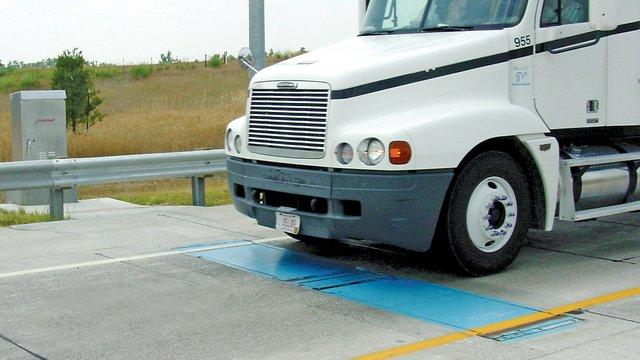 На українських дорогах встановлять системи для зважування вантажівок під час руху