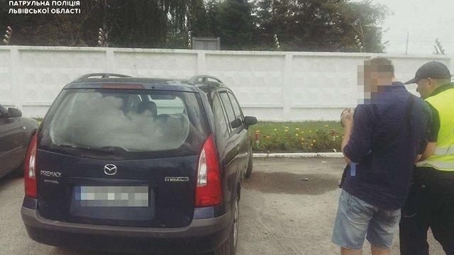 Львівські патрульні затримали викрадача автомобіля на виїзді зі Львова