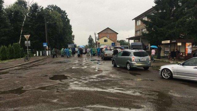 В Івано-Франківській області авто в'їхало у натовп мітингувальників, є постраждалі