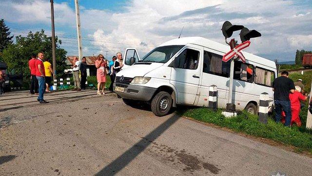 На Буковині через зіткнення мікроавтобуса з поїздом загинуло двоє людей