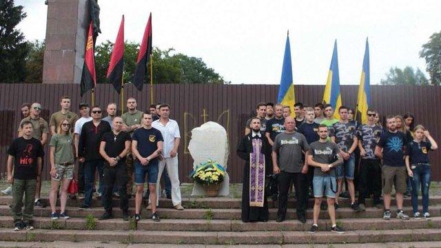 Знову за своє. Львівські праворадикали ще раз самовільно встановили камінь біля Монумента Слави