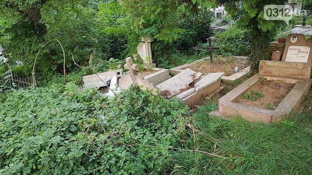 В Ужгороді вандали розтрощили надгробки на місцевому кладовищі