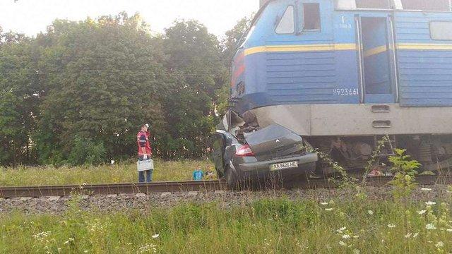 На Київщині після зіткнення автомобіля з потягом загинуло двоє людей