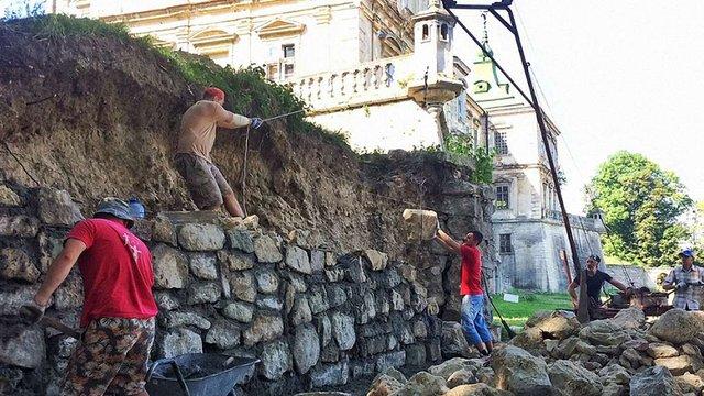 Волонтери відновлюють захисний мур у Підгорецькому замку