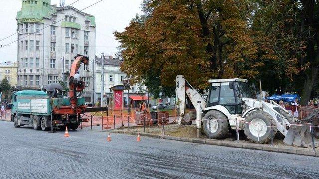 На проспекті Свободи у Львові розпочали підготовчі роботи з ремонту алеї