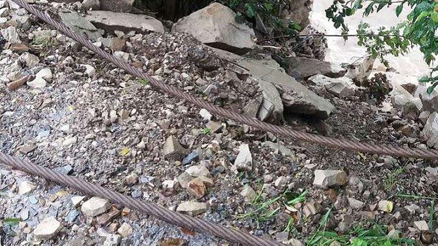 Сильні дощі призвели до численних зсувів ґрунту на гірських дорогах Львівщини