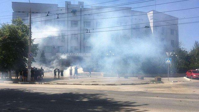 У Херсоні активісти з димовими шашками пікетували місцеву прокуратуру