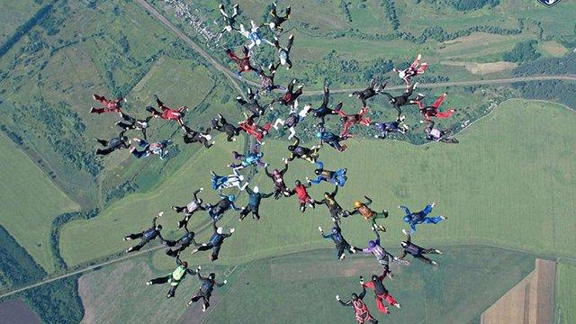 Під Харковом парашутистки з 19 країн світу встановили світовий рекорд