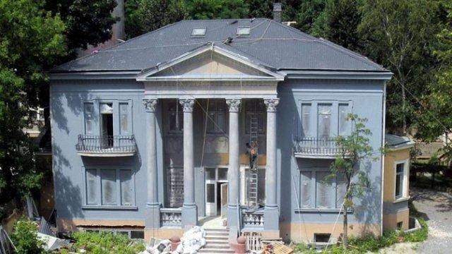 Мерія у 10 разів зменшила штраф власниці вілли Бачевського за заміну вікон та нищення фасаду