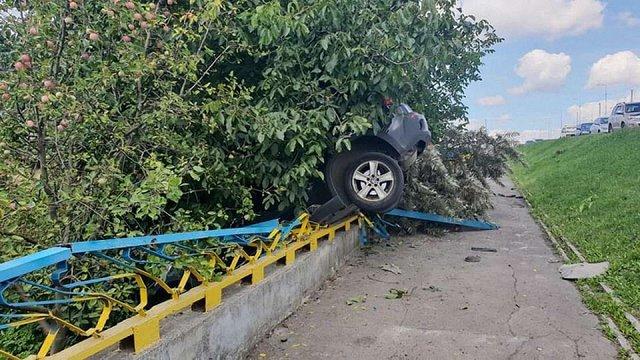 BMW пробив огорожу Сихівського мосту і завис на задніх колесах. Фото дня