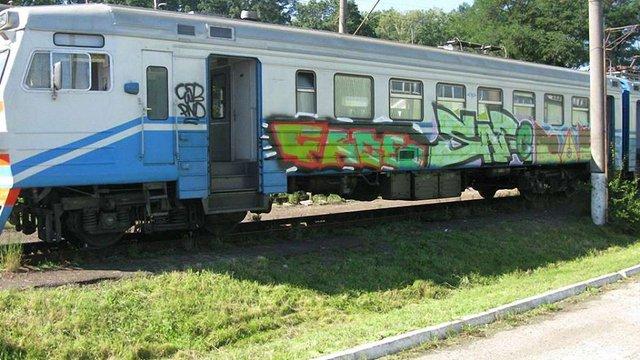 Через графіті Львівська залізниця зняла з рейсів щойно відремонтовані вагони