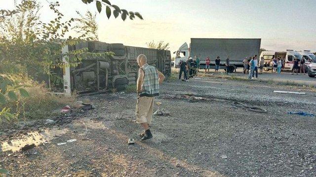 Двоє людей загинули та ще 13 постраждали внаслідок зіткнення автомобіля з автобусом біля Дніпра