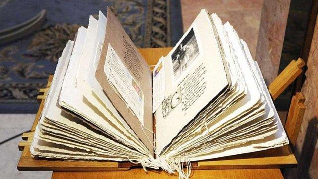 Голова МЗС вручив Папі Римському «Книгу добра», створену українськими дітьми