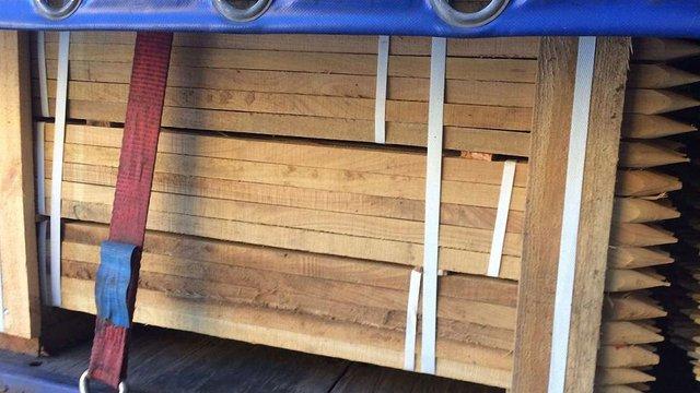 Львівські прикордонники затримали у Краковці вантажівку з лісоматеріалами
