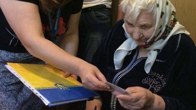 На Тернопільщині жінка отримала перший український паспорт у віці 89-ти років
