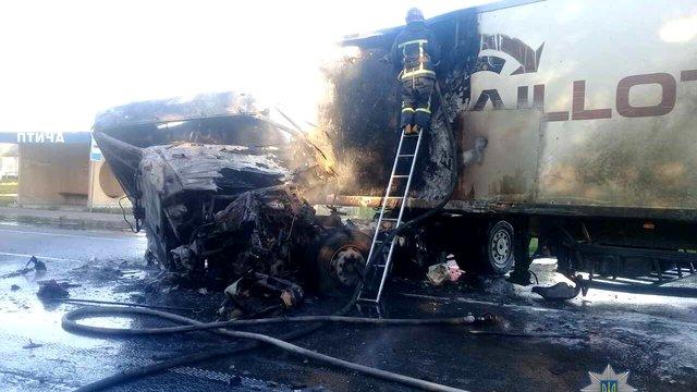 На Рівненщині внаслідок ДТП загорілися дві вантажівки, один з водіїв загинув