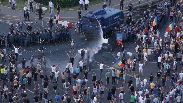 Під час силовогу розгону антикорупційних мітингів у Румунії постраждали майже 500 людей