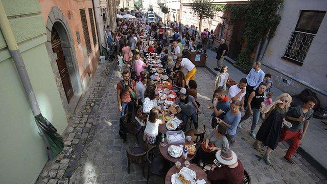 Кілька сотень львів'ян поснідали разом у центрі міста