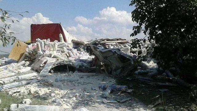 Унаслідок зіткнення двох вантажівок на трасі Київ-Чоп загинув водій