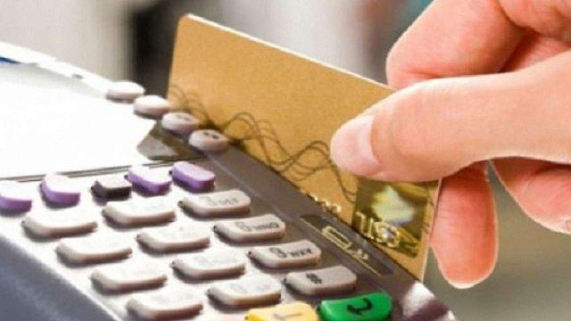 Платіжні картки одного з українських банків тимчасово заморозять