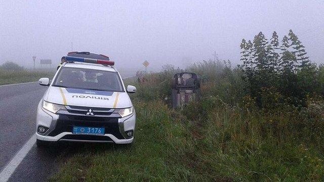 Унаслідок ДТП на трасі Львів-Краковець автомобіль з'їхав у кювет та перекинувся