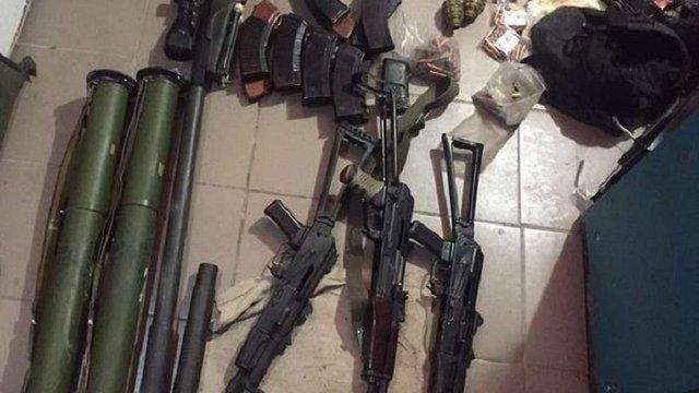 У помешканні екс-бійця батальйону «Київ-2» СБУ знайшла арсенал зброї