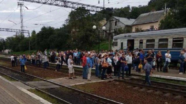 У електричці, через яку перекрили залізничну колію у Львові, було ще 220 вільних місць