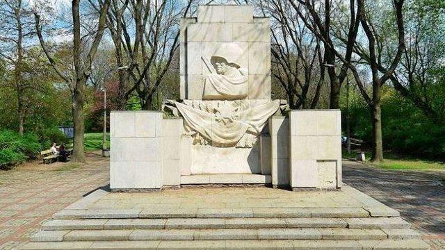 У Варшаві демонтують пам'ятник «подяки» солдатам радянської армії