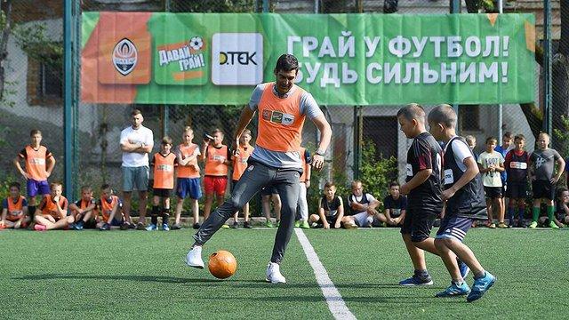 Головний тренер донецького «Шахтаря» Фонсека зіграв у футбол з дітьми у Львові: фото