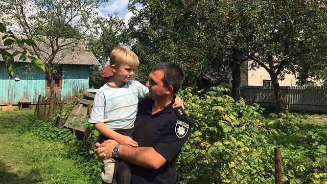 Львівська поліція 14 годин шукала 9-річного хлопчика, який спав у кущах на околиці села