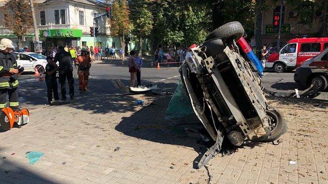 В Сумах автомобіль патрульних після зіткнення з іншим авто в'їхав у пішоходів