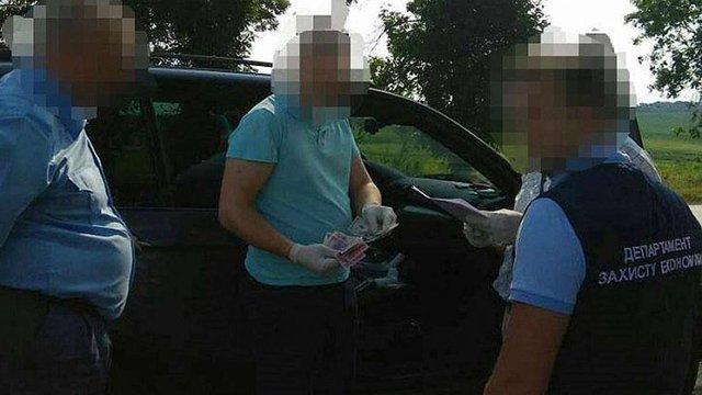 На Львівщині поліція затримала групу митників, що брали хабарі за ввезення авто на єврономерах