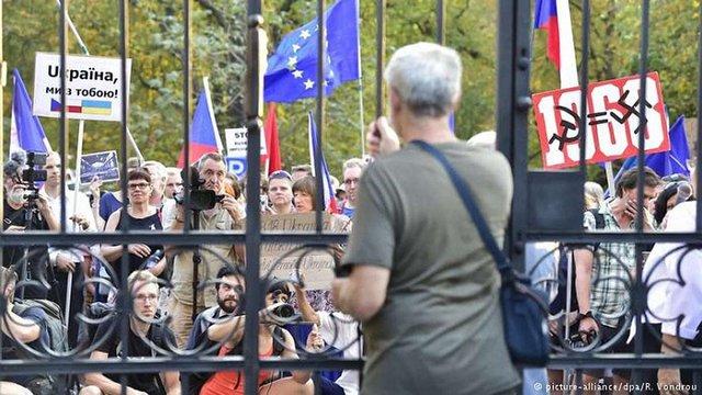 У річницю Празької весни під посольством Росії в Чехії відбулися масові протести