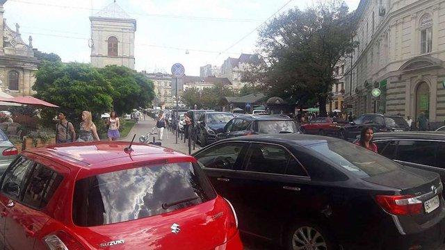 Львівська мерія вимагає у поліції реагувати на масові порушення правил паркування у центрі міста