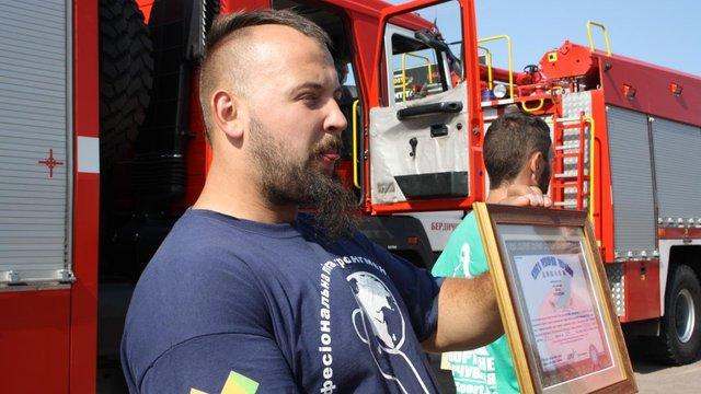 Житомирянин протягнув три пожежні автівки на 12 метрів і встановив національний рекорд