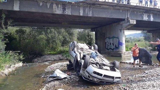 На трасі Львів-Ужгород автомобіль впав з мосту