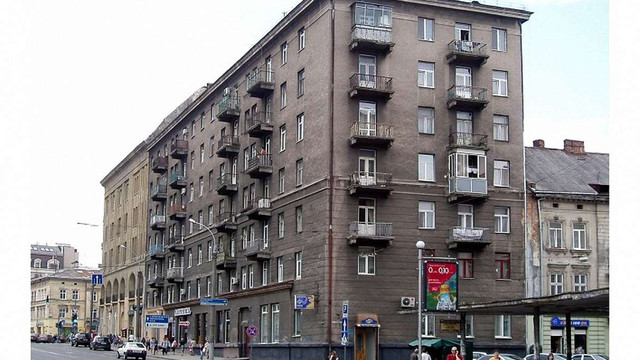 Поліцейські врятували юнака, що погрожував стрибнути з 7-поверхового будинку у центрі Львова