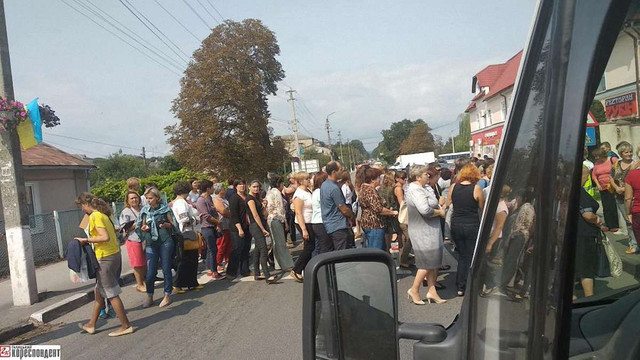 У  Рогатині вчителі перекрили трасу з Івано-Франківська до Львова