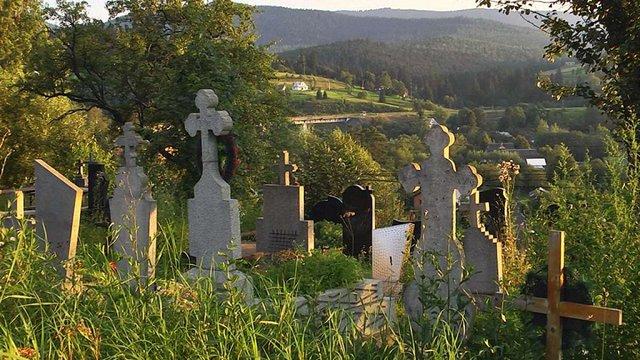 Через брак місця на цвинтарі у Ворохті покійників ховають у старих могилах