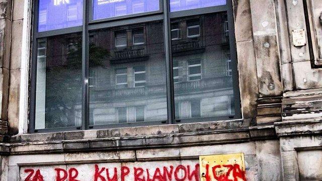 Польський Інститут нацпам'яті розмалювали графіті на підтримку українського історика