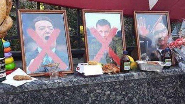 В «пам'ять» про ватажка «ДНР» Захарченка кияни принесли смажених курчат під посольство РФ