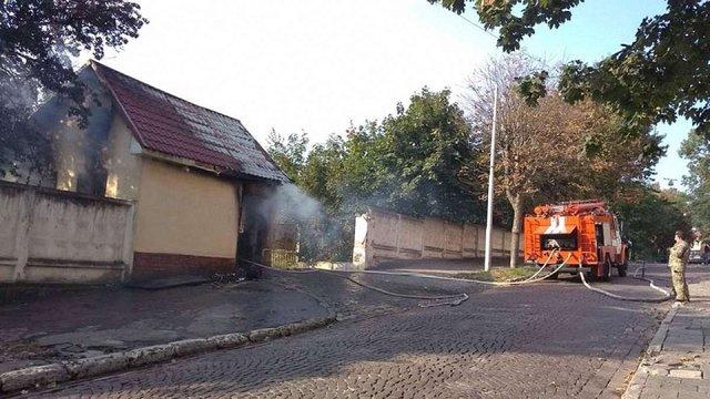 У Львові виникла пожежа у закинутій будівлі на території колишньої військової частини