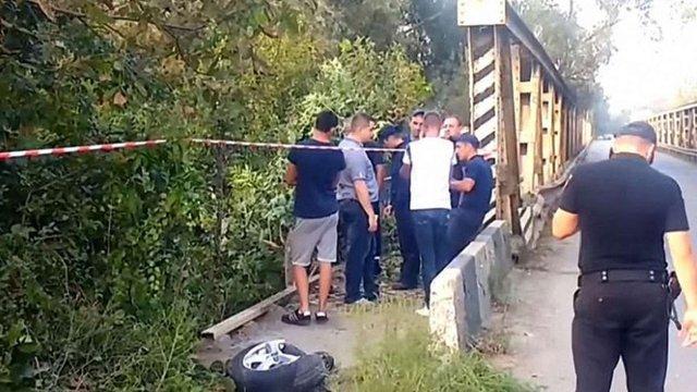 У Чернівцях чоловік викрав з автомийки машину і злетів на ній з мосту