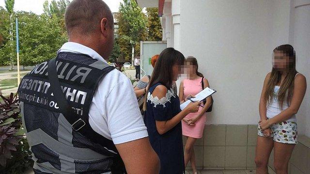 У Запоріжжі 18-річна зловмисниця продавала дівчат за кордон у сексуальне рабство